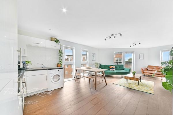 Living Room / Kitchen  27ft 2ins x 14ft 11ins (8.28m x 4.5